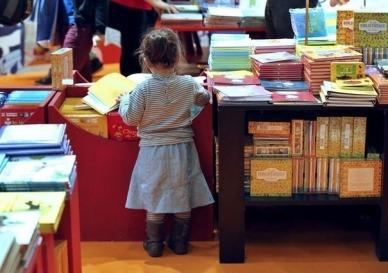 Une petite fille au salon de la Littérature jeunesse de Montreuil en 2012